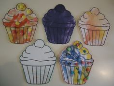 """Cupcake versieren. Een kleurplaat maken op A4 formaat. Deze laten kleuren of verven. Na het drogen laten beplakken met halve magic stiks. Let op: bij het gebruik van veel lijm gaat de magic stick """"smelten""""."""