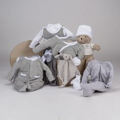 Canastilla Velour Ensueño Punto. Espléndida canastilla para bebé con moda, complementos y accesorios para que los más pequeños de la casa estén bien calentitos en los meses fríos del año. Incluye 12 artículos. #canastillas #regalos #babygifts #bebés