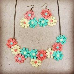 He encontrado este interesante anuncio de Etsy en https://www.etsy.com/es/listing/240581645/set-summer-flowers-flower-lace-necklace