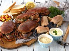 Krabbe naturell med 3 gode sauser(4 porsjoner) Er du redd for å renske krabben selv, får du fiskehandleren til å gjøre det for deg. 4 hele krabber + evt. ekstra klørsitronbåtergrøntloffsmør Mangosalsa:1 stor, godt moden mango1 tomat2 ss olivenolje1 ss sitronsaftsalt og pepper2 ss hakket kjørvelSitron- og persillesaus:1 eggsaft av ½ sitron2 ss finhakket persille1–1 ½ dl kesamsalt og pepper