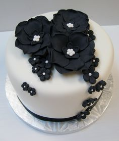 Black & white wedding cake with flowers Black And White Wedding Cake, Black White, Cupcakes, Cupcake Cakes, Wedding Cakes With Flowers, Cute Cookies, Fancy Cakes, Yummy Cakes, Fondant