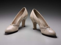 America - Pair of woman's shoes - Leather 1930s Shoes, Vintage Shoes, 1930s Fashion, Vintage Fashion, Women's Fashion, Cut Her Hair, Historical Clothing, We Wear, Leather Pumps