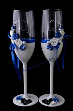 Royal blue and white wine glasses Bride And Groom Glasses, Wedding Wine Glasses, Wedding Champagne Flutes, Champagne Glasses, Wedding Bottles, Wine Glass Crafts, Wine Bottle Crafts, Bottle Art, Wine Bottles