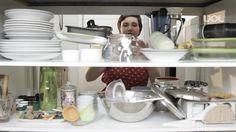 Uma cozinha em ordem ajuda na rotina de trabalho e no preparo dos alimentos. O <a href=http://mulher.uol.com.br/casa-e-decoracao>UOL Casa e Decoração</a> foi até uma casa para viver a experiência de organizar os utensílios e eletrodomésticos que já estavam lá e trazer para você algumas dicas de como arrumar os elementos mais comuns: copos, pratos, xícaras, talheres, panelas... respeitando algumas regras simples: 1º pense sempre no seu dia a dia e estabeleça uma ordenação que façam sentido…