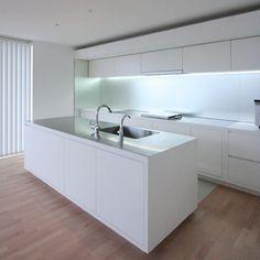 キッチン Küchen Design, House Design, Kitchen Dining, Dining Room, Interior Minimalista, Herd, Kitchen Interior, Kitchen Storage, Home Kitchens