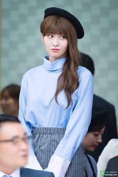 She look likes Lisa Blackpink Nayeon, Kpop Girl Groups, Korean Girl Groups, Kpop Girls, Rapper, Sana Momo, Dahyun, Hirai Momo, Winter Mode