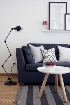 luminária de pé e sofá azul