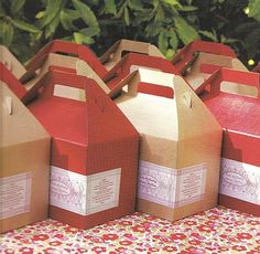 Picnic Party Idea / Meal for One / Hand out personalized meals to your guests in cardboard boxes with the menu, run through a the sticker machine, posted on the sides. Picnic Box, Picnic Theme, Picnic Lunches, Picnic Ideas, Box Lunches, Picnic Baskets, Summer Picnic, Picnic Parties, Picnic Style