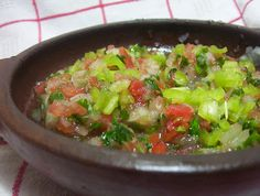 un rico pebre con tomates, cebolla, chili, ajo, cilantro mmmm