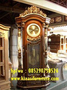 Almari Jam Hias Motif Mawar merupakan almari jam hias yang mempunyai konsep klasik furniture terbuat dari kayu jati TPK dan ukiran bermotif bunga mawar