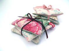 Mit Lavendel verbindet man Romantik und Nostalgie. Deshalb wurde es auch in 3 Kissen mit gewebten garngefärbtem Stoff von Paulines und Leinen schön...