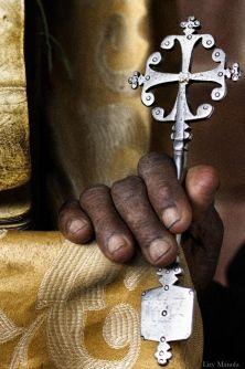 In Etiopia, le tradizioni popolari e i rituali religiosi scorrono nel sangue e nella quotidianità degli abitanti. Il popolo coltiva ogni giorno la sua spiritualità, il suo profondo rispetto per il sacro e per la fede. La fotografa greca Lizy Manola ha attraversato l'Etiopia alla ricerca dei simboli, dei volti, degli sguardi e degli abiti che rappresentano l'influenza della religione e dell'ortodossia in una terra in cui si respirano storia e mistero. Sabato 30 agosto, la sua mostra – ...