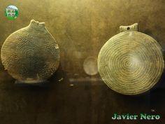 FASE KAMPOS (periodo EC I / II. 2800-2700 a. C.) En términos de logros técnicos y desarrollos tipológicos, esta fase puede considerarse como transitoria. En la decoración de cerámica, la superficie altamente bruñida parece reemplazar la decoración incisa. Las formas anteriores se enriquecen con elementos innovadores, mientras que se introducen nuevas formas de jarrón, como el jarrón piriforme, con dos asas en el cuerpo, y el tipo temprano del recipiente de la sartén.