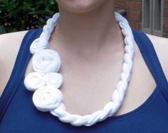 Collana di stoffa bianca