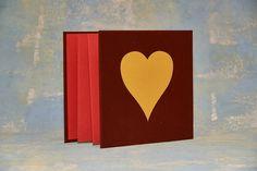 אקורדיון תמונות שכרוך ב-2 צדדיו בבד קטיפה בורדו יין ובחזית מודבק לו לב גדול צהוב! הדף של האקורדיון בפנים אדום עם נצנצים וכולו אומר חגיגיות  #displayfolder #handmadealbums #bookbinding #כריכהבעבודתיד #אקורדיון #הוצאהלאור #אלבומיםבהדבקה #notebook #מתנה #אלבוםתמונות Display Folder, Accordion Book, Books, Libros, Book, Book Illustrations, Libri