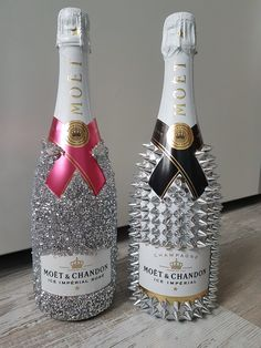 Bedazzled Liquor Bottles, Glitter Champagne Bottles, Decorated Liquor Bottles, Bling Bottles, Glitter Wine, Alcohol Bottle Decorations, Alcohol Bottle Crafts, Wine Glass Crafts, Alcohol Bottles