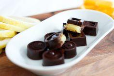 Denne godbiten er perfekt å sette frem på bordet i påska! Hjemmelaget konfekt med mørk sjokolade som fylles med gul sitruskrem. Den smaker kjempegodt, fyllet er både friskt og fyldig. Sjokoladen kan lages både vegansk (fri for egg og melk), og uten tilsatt sukker om du ønsker det. Passer perfekt som påskekonfekt, men kan så ...read more →