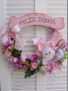 Linda guirlanda de Páscoa de 35 cm de diâmetro.  Confeccionada com aro de capim, flores artificiais,fitas, placa de MDF, ovos decorativos e coelhinha em tecido de algodão.