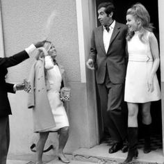 """Kurzes weißes Kleid zu Stiefeln: Die Mode der Swinging Sixties verdichtet sich in diesem Hochzeitsfoto von Jane Fonda und Roger Vadim (Regisseur, """"Barbarella"""") aus dem Jahr 1965. Die Ehe war..."""