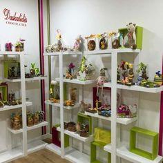 Les chocolats belges de la marque Daskalidès sont réalisés avec du chocolat 100% pur beurre de cacao. La jolie boutique de Sandrine regorge de douceurs pour les fins palais, son accueil est chaleureux et professionnel, elle vous propose des produits haut-de-gamme comme le chocolat, biscuits, confitures très appréciés de la clientèle.