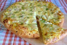 Túto pizzu si napríklad obľúbia aj rodičia, ktorí nevedia svoje deti naučiť jesť tvaroh. potrebujete – 250ml mlieka – 100ml vody – 2 polievkové lyžice cukru – 10g sušeného droždia – 125g rozpusteného masla – 350-400g hladkej múky – 1/2 čajovej lyžičky soli – 250g tvarohu – 100g cibule – 100g tvrdého syra – 250g kuracích pŕs – 1 polievková