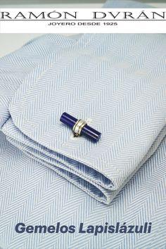 Gemelos para camisa realizados en Plata de Ley con cilindros de lapislázuli natural y un tamaño aproximado de 20 x 7 mm. Un regalo elegante y sencillo. Si te gustan las piedras semipreciosas o el mundo de los minerales, esté es tu regalo, detalles especiales para cumpleaños, aniversarios, bodas… Te damos la opción de pedirlos con baño de rodio. Esta joya se entrega con estuche. Venta de gemelos con piedras semipreciosas y Plata de Ley diseñados por Ramón Durán Joyero #gemelosdeplata Cake Decorating Designs, Natural, Shopping, World, Jewel Box, Sterling Silver, Simple, Minerals, Gift