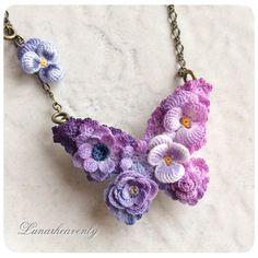 蝶々のブローチ兼ネックレス。中くらいのサイズです。 虹色などたくさんの色を使うより、こういった同じ系統の色で作る方が難しかったりします。単調になってしまいそうで。 こちらは綺麗に仕上がってお気に入りです♡ #crochet