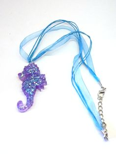 Collier hippocampe kawaii à paillettes http://etsy.me/2ClWtHS #bijoux #collier #bijouxdecreateur #hippocampe #paillettes #glitter #océan #lolita #sweetlolita #seahorse #madeinfrance #handmade