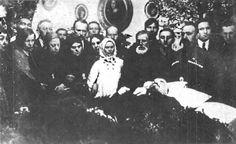 Familie in rouw door de dood van Lenin. Hij is overleden in een bij moskou gelegen dorpje Gorki. Als doodsoorzaak was opgegeven een verlamming van ademhalingsorganen als gevolg van een nieuwe beroerte.