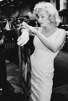 missmonroes:Marilyn Monroe photographed by Sam Shaw, NYC, 1957