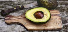 Avocado, aufgeschnitten (© plainpicture/Sandra Roesch)