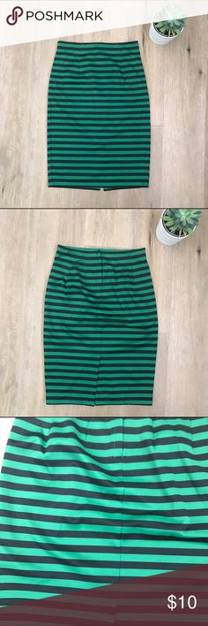 Forever 21 pencil skirt size Medium Forever 21 green and black pencil skirt size Medium. Cute and sexy. Has slit in the back. Back Zipper. Has some stretch. Pair with those stiletto heels 👠. 😘🎈👍. 12/27 Forever 21 Skirts Midi