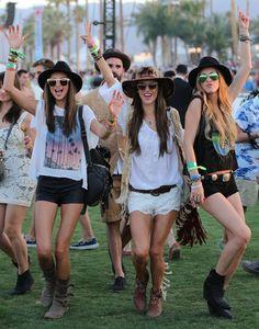 De Victoria's Secret models houden ook wel van een festivalletje als Coachella. Enkellaarsjes zijn de ideale schoenen voor festivals! #festival #outfit #victoriassecret #models #schoenen
