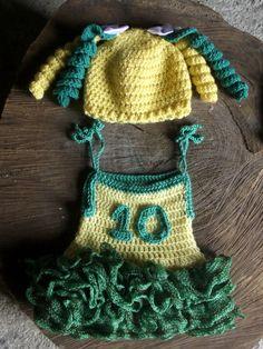 Vestido e gorro confeccionados em crochê. detalhes - babados, numero em crochê. cores - verde e amarelo tamanhos - RN / 1 a 3 / 3 a 6 / 6 a 9 meses R$ 99,90