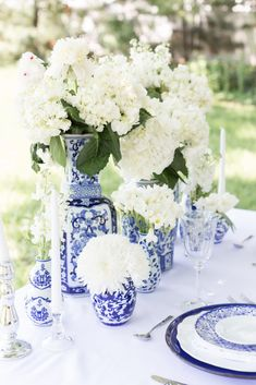 Floral Wedding Centerpieces Planning and Tips - Love It All Wedding Vases, Wedding Table Centerpieces, Wedding Decorations, Aisle Decorations, Wedding Flower Guide, Floral Wedding, Wedding Flowers, Dresser La Table, Blue White Weddings