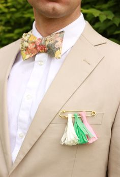 Maak je eigen corsage met paper tassles! #origineeltrouwen This boutonniere tassel is such a fun idea! From http://bklynbrideonline.com/29033/diy-projects/diy-make-a-boutonniere-for-your-groom/  Photo and Design Credit by http://thehousethatlarsbuilt.com/