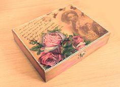 Um sonho de porta bijoux! Uma caixa romântica e com um visual antigo, que encanta no primeiro olhar. Detalhes das pérolas, do buquê em 3D e do Vidro Decor fazem a diferença. Materiais: caixa...