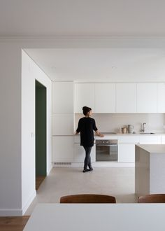 Carnide Apartment is a minimalist apartment located in Lisbon, Portugal, designed by Lola Cwikowski Minimal Kitchen Design, Kitchen Lighting Design, Minimalist Kitchen, Apartment Interior Design, Kitchen Interior, White Kitchen Inspiration, Agi Architects, Modern Kitchen Cabinets, Kitchens
