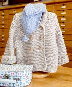 ¡Atrévete con un abrigo corto de punto bobo para tu bebé! Estará calentito y guapísimo. El de la foto está tejido con tres hebras, trabajadas a la vez, de una lana finita, Dolce Merino de Katia,...