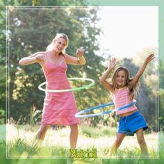 Una manera muy divertida y efectiva de hacer ejercicio es con un aro. Haciendo los movimientos circulares reduces la grasa del abdomen, tonificas tu cuerpo y tu torso se vuelve más flexible.   Existen muchas rutinas sencillas, ¡inténtalas!