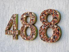 Números residenciais em mosaico artístico.