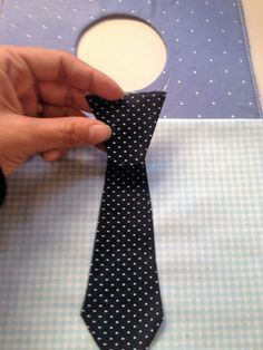 Acompanhe o passo à passo de como fazer essa lixeira para carro do papai em tecido, feita com gravatinha…