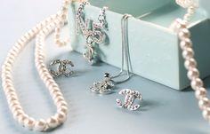 pearls and chanel bling Chanel Jewelry, Jewelry Box, Jewelery, Jewelry Accessories, Fashion Accessories, Fashion Jewelry, Jewelry Design, Chanel Earrings, Nice Jewelry