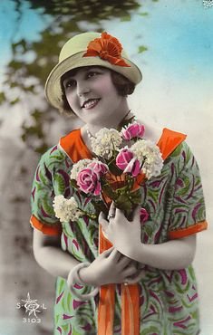 Vintage woman postcard, a 1920 's flapper girl with carnations and roses Vintage Photos Women, Vintage Girls, Vintage Love, Vintage Pictures, Vintage Photographs, Colorful Pictures, Vintage Beauty, Vintage Images, Vintage Art