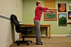 5 chair exercises you can do in the office Office Exercise, Office Workouts, Daily Exercise, Healthy Mind, How To Stay Healthy, Healthy Eating, Chair Exercises, Qigong, Mind Body Soul