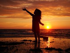 45 Absolutely Stunning Examples Of Silhouette Photography (Part Girl Beach Pictures, Beach Photos, Toddler Photography, Beach Photography, Silhouette Fotografie, Skier, Sunset Silhouette, Silhouette Photography, Beach Trip