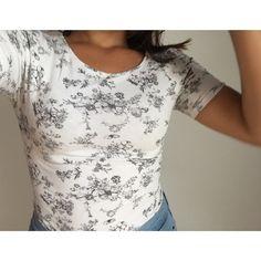 Tee shirt fleuris S  H&M ! Taille 36 / 8 / S  à seulement 7.00 €. Par ici : http://www.vinted.fr/mode-femmes/hauts-and-t-shirts-t-shirts/37477771-tee-shirt-fleuris-s.