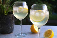 Lemonad? Njaa, inte riktigt men man skulle nästan kunna tro det! Frisk och fräsch drink med cava, gin och citron. Jag älskar kombinatinen gin och citron! Tillsätt bubbel och den här drinken blir... Drinks Med Gin, Fun Drinks, Alcoholic Drinks, Beverages, Cocktail Recipes, Wine Recipes, Cocktail Food, Prosecco Cocktails, Danish Food