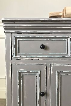 DIY Gray Distressed Chalk Paint Makeover. How to layer chalk paint colors and distress for the perfect vintage world. Gray Chalk Paint, Chalk Paint Colors, Diy Furniture Redo, Chalk Paint Furniture, Diy Wood Stain, Weathered Paint, Before And After Diy, Diy On A Budget, Pallet