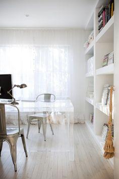 Estúdio Lorena Couto se inspira em: escritório iluminado